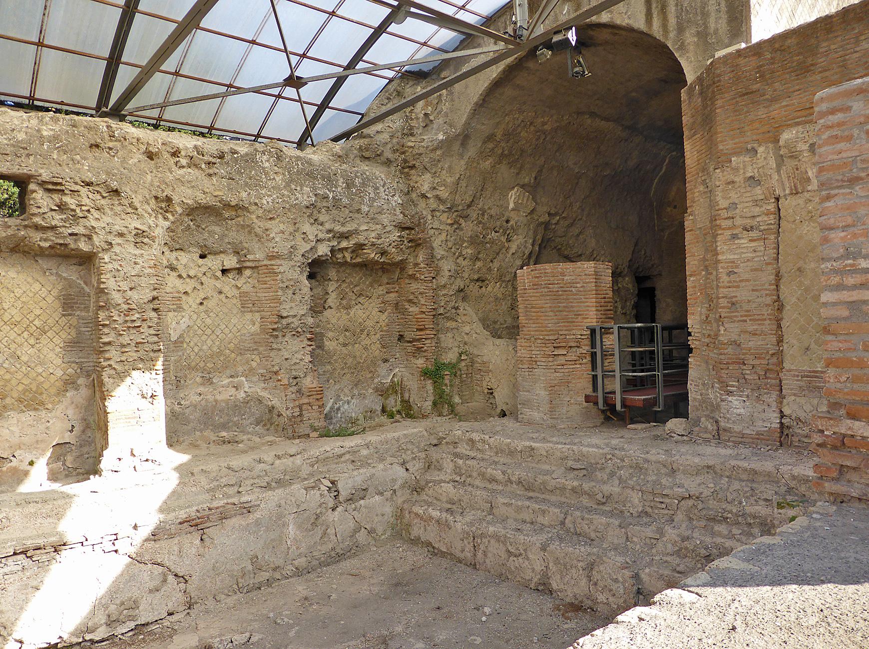 Pompeii Suburban baths swimming pool P1050123