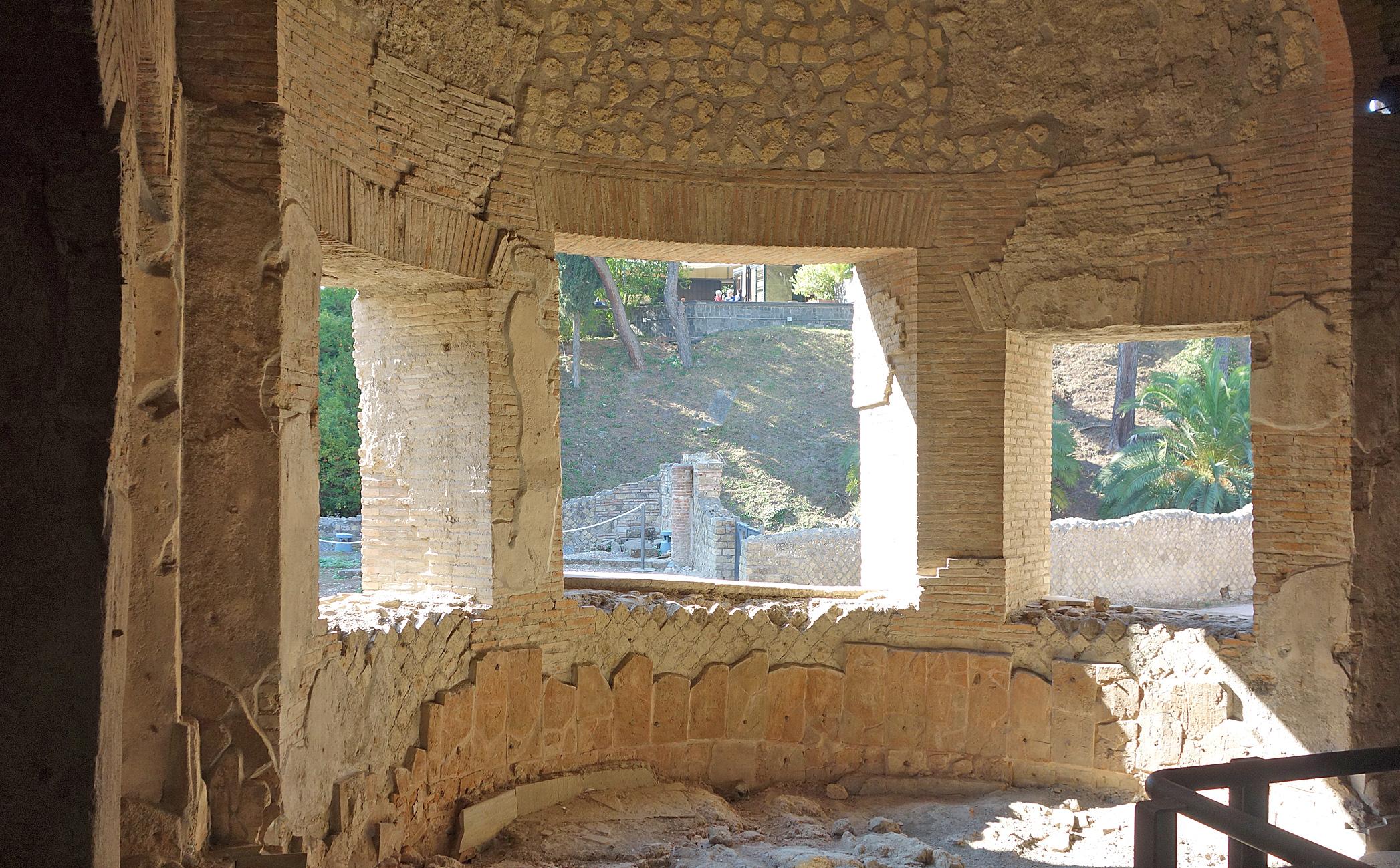Pompeii suburban baths semicircular bath DSC04439